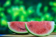 Wassermelonenscheiben auf einem Holztisch Stockfotos