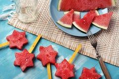 Wassermelonenscheiben und -sterne mit Kalken und Minze lizenzfreie stockfotos