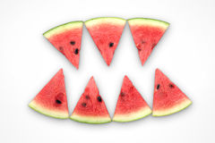 Wassermelonenscheiben vereinbarten wie Zähne eines Dämons auf einem weißen Hintergrund Lizenzfreie Stockfotos