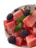 Wassermelonesalat auf weißem Hintergrund Stockbild