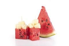 Wassermelonewürfel mit Bits von Ananas Stockfotografie