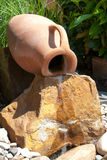 Wassermerkmal mit einem Amphora stockbild