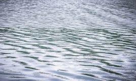 Wasseroberfläche mit dem Regnen Lizenzfreie Stockfotos
