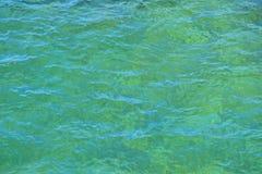 Wasseroberfläche mit kleinen Wellen Stockbilder