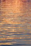 Wasseroberflächengold Lizenzfreie Stockfotos