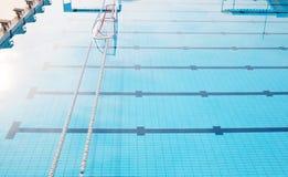 Wasserpoloziel im leeren Swimmingpool Stockfotografie