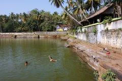 Wasserpool nahe dem hinduistischen Tempel Lizenzfreie Stockbilder