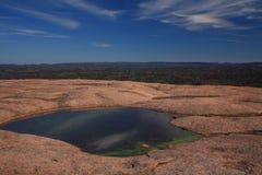 Wasserpool oben auf verzauberten Felsen Lizenzfreie Stockfotografie