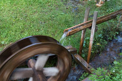 Wasserrad angetrieben durch Wasserstrom Lizenzfreie Stockfotos