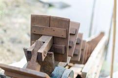 Wasserrad für Fangfisch-Weinlesefokus auf vorderem Unschärfehintergrund Stockbilder