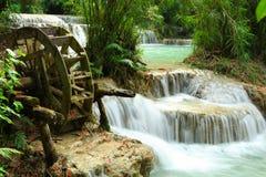 Wasserrad und Kaskaden von Kuang Si Waterfalls, Luang Prabang, Laos stockbilder