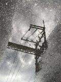 Wasserreflexion des Kabels und des elektrischen Pfostens Stockbilder