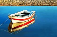 Wasserreflexion eines Fischerbootes lizenzfreies stockfoto