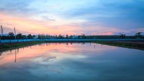 Wasserreflexionshimmel Stockfoto