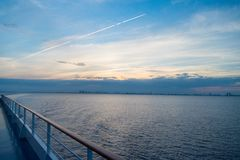 Wasserreise, Reise, Reise Bord auf idyllischem Meerblick auf Abendhimmel Versenden Sie Brett in Miami, USA im blauen Meer Krasnod Stockfotos