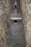 Wasserrohre im Abzugsgraben Stockbild