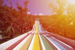 Wasserrutsche mit hellen farbigen Bahnen in der Aquaparkeinfassung Lizenzfreie Stockbilder