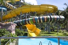 Wasserrutsche mit hellen farbigen Bahnen in der Aquaparkeinfassung Stockbilder
