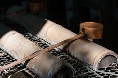 Wasserschöpflöffel für Ritualwaschungen lizenzfreie stockfotografie