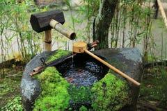 Wasserschöpflöffel am japanischen Tempel stockfotografie