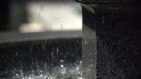 Wasserschläge vom Brunnen in langsamem MO stock video footage
