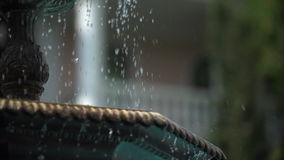 Wasserschläge vom Brunnen in langsamem MO stock footage