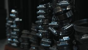 WasserSchlauchklemmen auf schwarzem Hintergrund Eisen, Durchsickern stockfotos