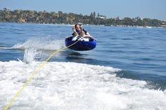 Wasserschlauchski fahrender jugendlich Junge Stockbild