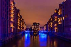 Wasserschloss Speicherstadt Hamburgo durante dias azuis do porto fotografia de stock