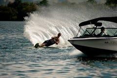 Wasserski-Slalom-Aktion Lizenzfreies Stockfoto