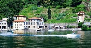 Wasserskifahren auf Como See stockfotografie