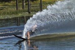 Wasserskifahren-Slalom-Spur-Spray Stockbilder