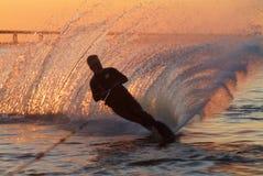 Wasserskifahren am Sonnenaufgang Lizenzfreie Stockfotos