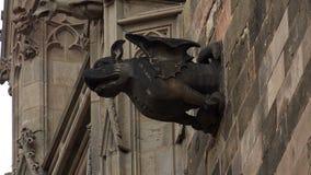 Wasserspeier auf gotischer Kathedrale in Barcelona spanien stock footage