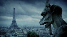 Wasserspeier schaut über Paris im Regen stock footage