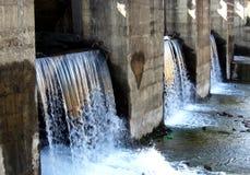 Wassersperre in einer Verdammung Stockfotos