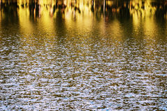 Wasserspiegel, Wasser in der Bewegung Reflektierte Struktur der Umgebungen wird durch die Bewegung des Wassers verzerrt Abstrakte Stockbilder