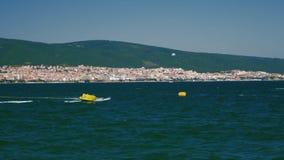 Wassersport auf dem Meer stock video
