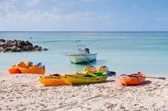 Wassersportausrüstungen auf dem Strand - Bahamas Lizenzfreie Stockbilder