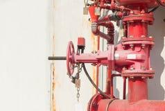 Wassersprenger- und -feuerbekämpfungssystem Stockfotos