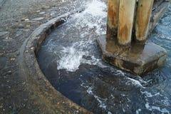 Wasserspritzen auf überschwemmter Treppe Lizenzfreie Stockbilder
