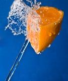 Wasserspritzen auf einer Orange Lizenzfreie Stockfotografie
