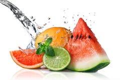 Wasserspritzen auf frischen Früchten lizenzfreie stockbilder