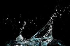 Wasserspritzen auf schwarzem Hintergrund Stockfotografie