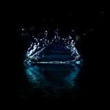 Wasserspritzen auf schwarzem Hintergrund. Stockfoto