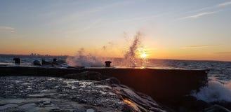Wasserspritzen auf Sonnenuntergang lizenzfreies stockfoto