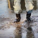 Wasserspritzen in der Pfütze Lizenzfreies Stockfoto