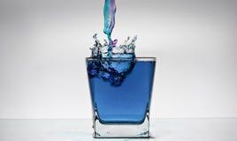 Wasserspritzen in einem Glas Stockfotos