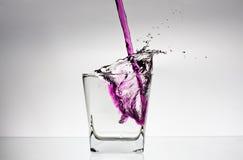 Wasserspritzen in einem Glas Stockfotografie