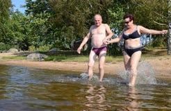 Wasserspritzen für glücklichen Pensionär Stockfotos